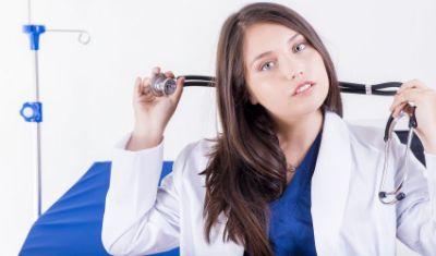 Personalizarea halatelor medicale: broderie, serigrafie sau termotransfer?